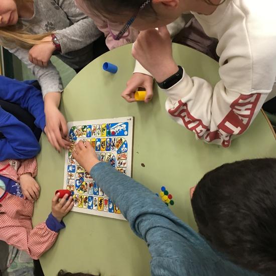 Buddies: 5 años y sexto enseñando a jugar. 26