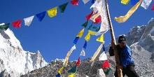 Sherpa montando poste y banderas de la construcción Puja