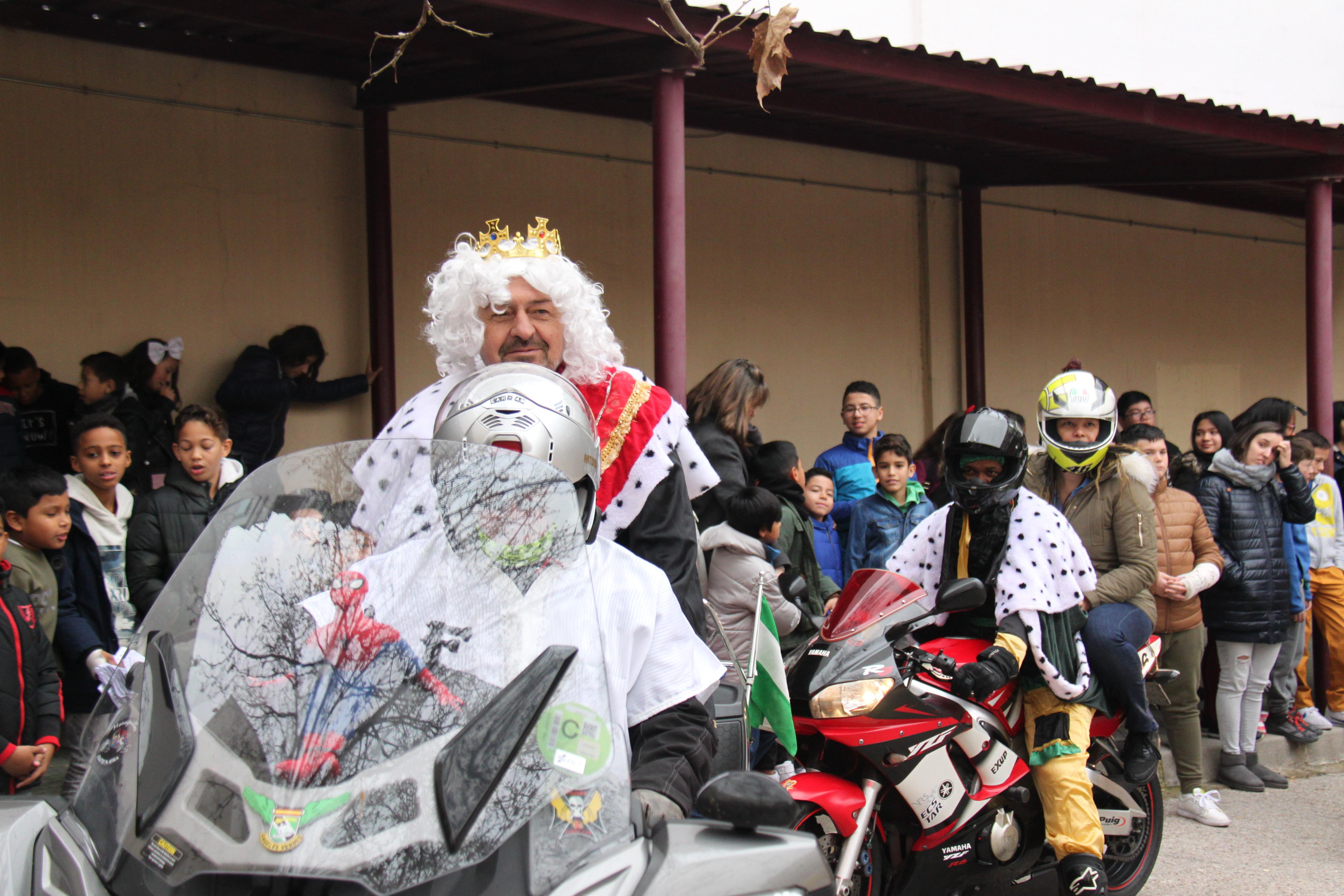 Visita de sus Majestades los Reyes Magos al colegio Luis Bello en moto 2018 10