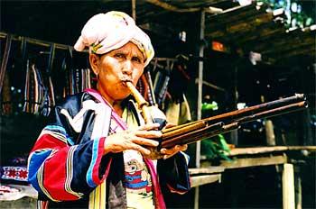 Mujer del norte tocando flauta de pan, Tailandia