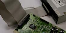 Detalle de conexión de un CD-ROM a una tarjeta de sonido, puerto