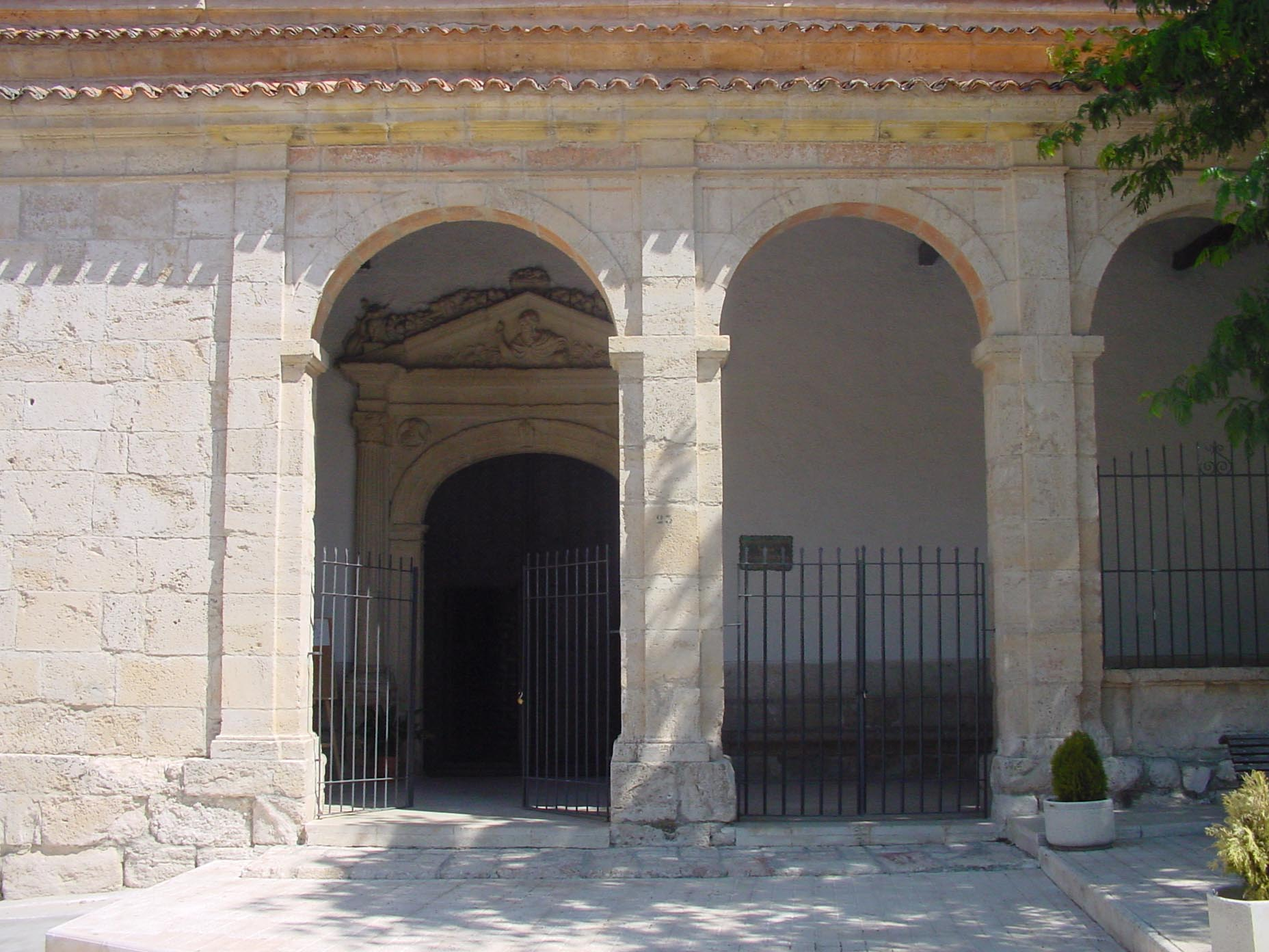 Puerta de iglesia en Villalbilla