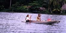 Dos mujeres remando en el río Dulce, Livingston, Guatemala