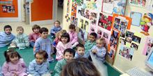Niños sentados en colchonetas
