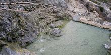 Fuente de aguas termales sulfurosas, Lago Toba, Sumatra, Indones