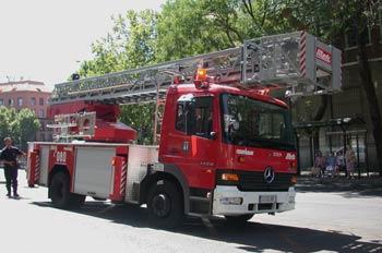 Camión de bomberos con escalera mecánica