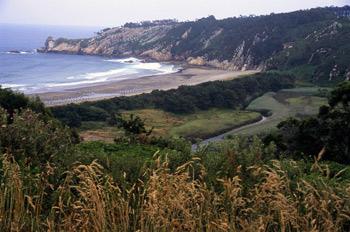 Vista hacia el este del río Barayo, Navia-Valdés, Principado de