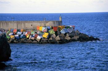 Cubos de la Memoria en el puerto de Llanes, Principado de Asturi