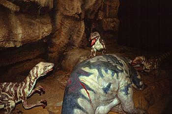 Reproducción de una escena de caza del velociraptor