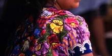 Mujer con el traje tradicional en Antigua, Guatemala
