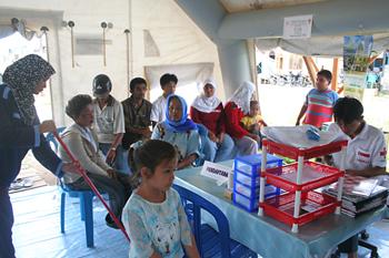 Esperando turno, Cruz Roja, Melaboh, Sumatra, Indonesia