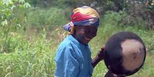 Anciana con olla, Mozambique