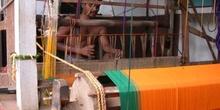 Hombre hindú trabajando un sari en un telar