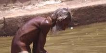 Peregrino haciendo sus abluciones en el lago sagrado de Pushkar