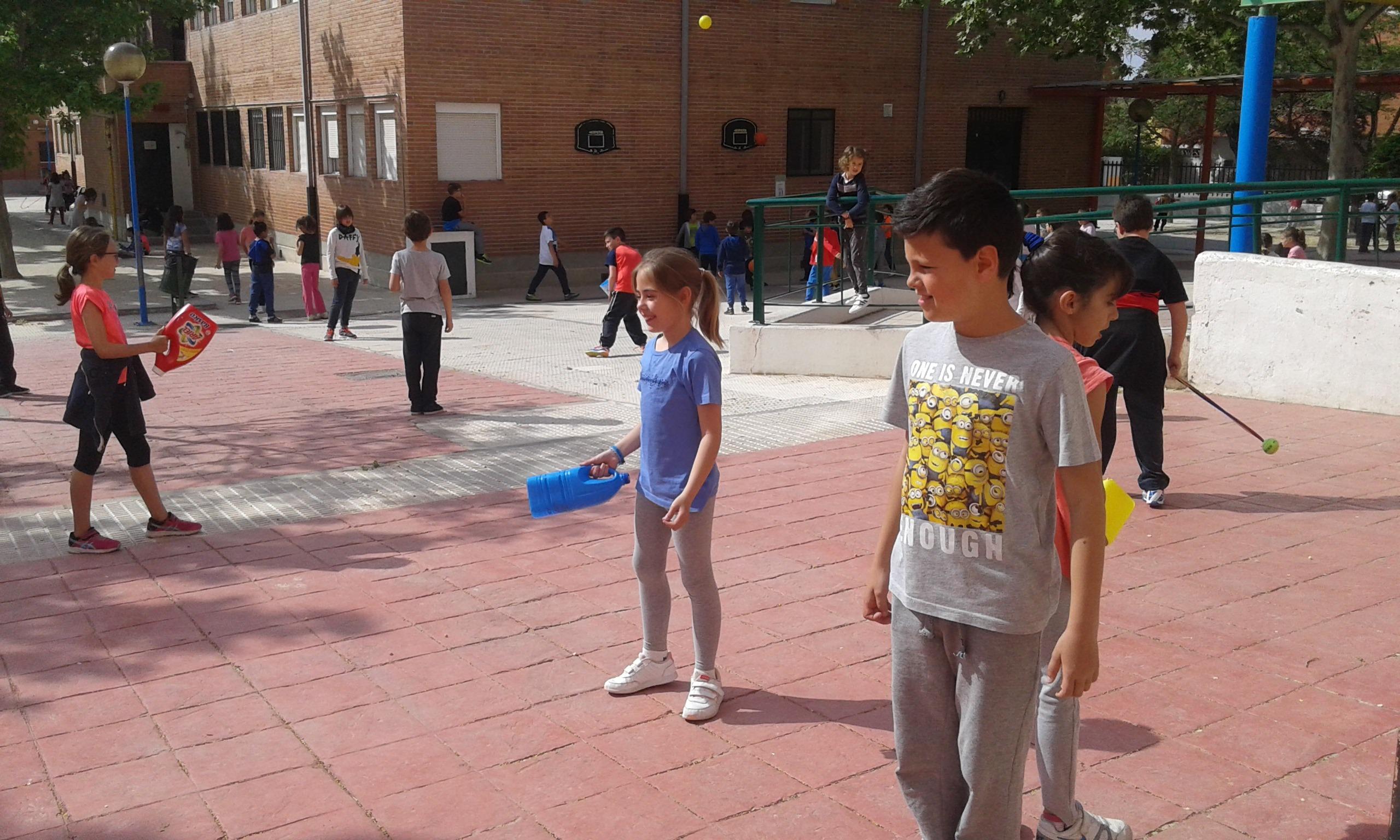 fabricamos pelotas voladoras y receptóbolos.Jugamos en el patio 3