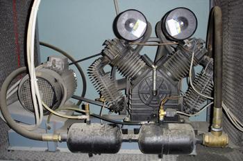 Compresor de aire. Detalle del motor eléctrico y compresor