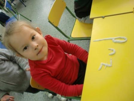Las Abejas construyen las letras P y S 11