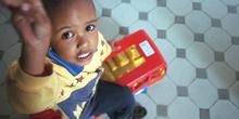 Niño con juguete, favela de Sao Paulo, Brasil