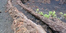 Canal formado por un río de lava en la Isla Isabela, Ecuador