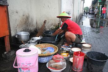 Lavando platos, Jogyakarta, Indonesia