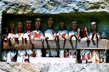Detalle de figuras tau-tau en tumba Toraja, Sulawesi, Indonesia