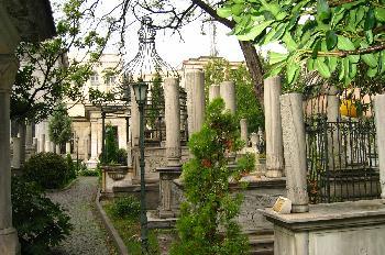 Tumbas en el jardín de Atik Ali Pasa Camii, Estambul, Turquía