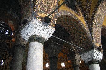 Detalles de techos y arcos decorados en la Santa Sofía, Estambul