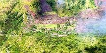 Vista general de un poblado y sistema de cultivos en las laderas