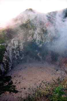 Cráter de geiser con lodo hirviendo, Nueva Zelanda.