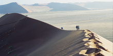 Pisadas en la cresta de la duna, Namibia