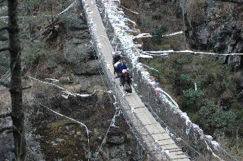 Porteadores cruzando puente