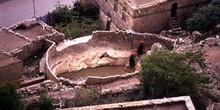 Mujeres recogiendo agua de una cisterna en Kohlan, Yemen