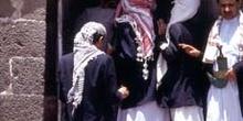 Grupo de hombres ante una tienda, Yemen