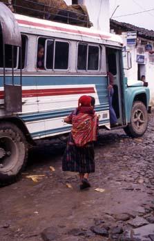 Mujer con niño a la espalda en la estación de autobuses de Chich