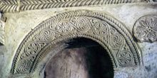 Arco de medio punto decorado de la iglesia de San Miguel de Lill