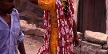 Mujer llevando tortas de pan en el mercado de Suq al Khamis, Yem