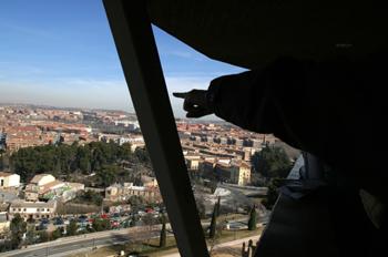 Persona enseña vistas de Toledo