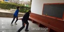 Deporjuegos de lanza, golpea juega con una mano y pelota de tenis
