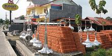 Tienda ladrillos y ornamentos mezquita, Jogyakarta, Indonesia