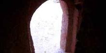 Puerta de acceso a una torre de adobe