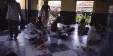 Fieles en un templo hindú, Calcuta, India