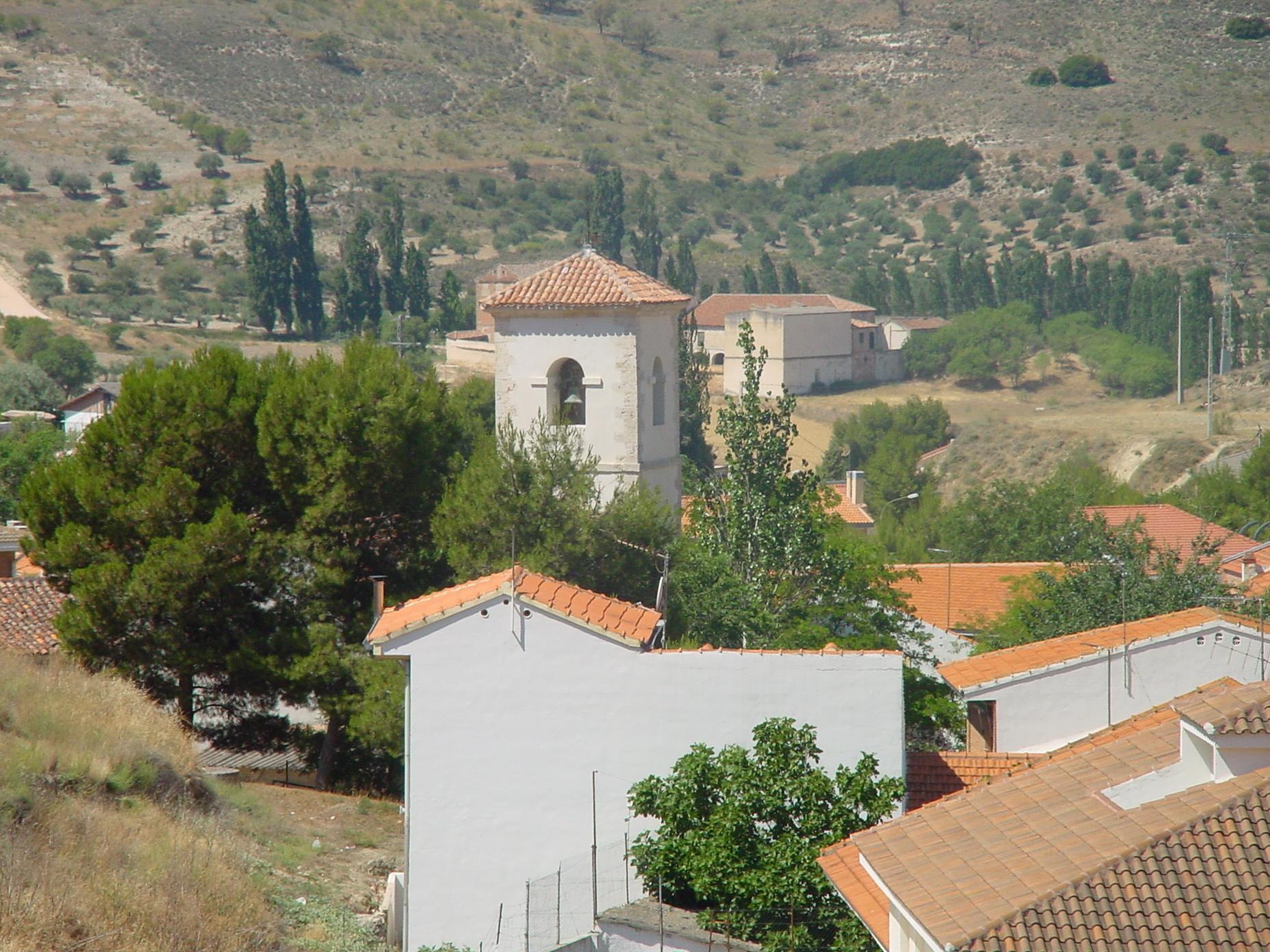 Vista de paisaje e iglesia en Valverde de Alcalá
