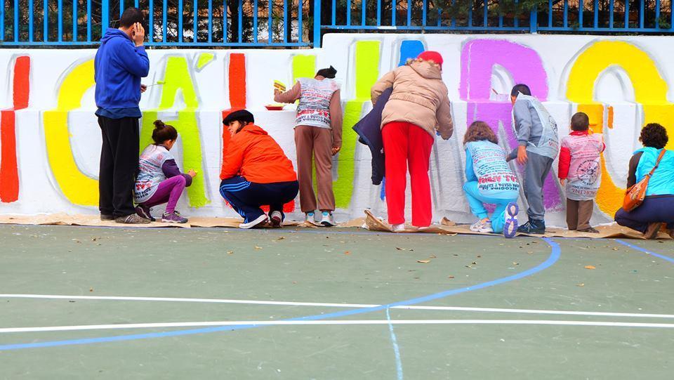 Padres, profes y alumnos pintando el cole