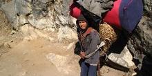 Sherpas cargando equipo de alpinismo