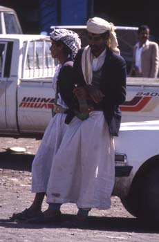 Dos hombres descansano, con la jambia (cuchillo curvo) tradicion
