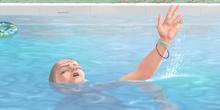 Bellezas al agua: Chica ahogándose en la piscina