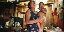 Abuela con su nieto en los brazos, favelas de Sao Paulo, Brasil