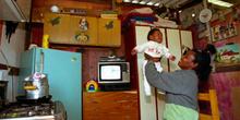 Mujer con su bebé, favelas de Sao Paulo, Brasil