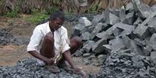 Hombre picando piedras