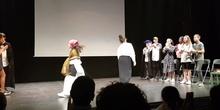 Gran ovación al Grupo de Teatro Siete Vidas del IES Giner tras la representación de la obra La Asamblea